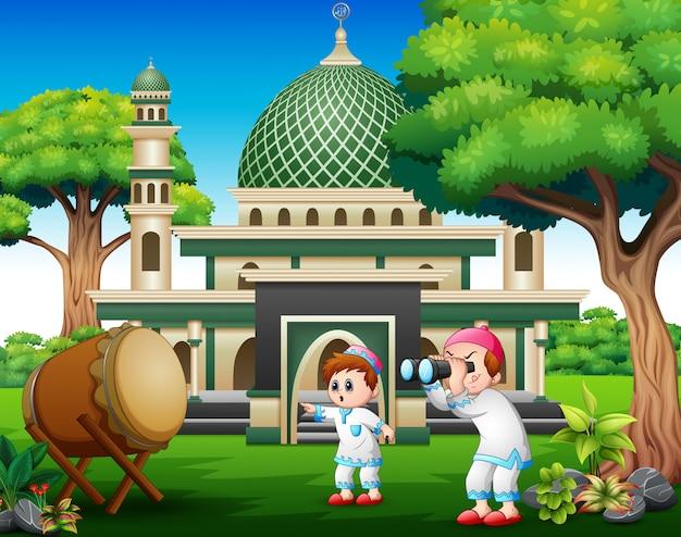 Garçons musulmans tenant des jumelles lors des célébrations de l'aïd Vecteur Premium