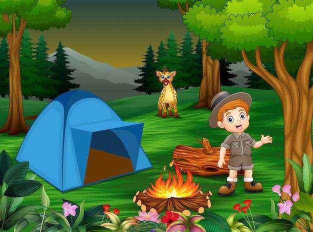 Garçons en tenue de camping avec une hyène dans le camping Vecteur Premium