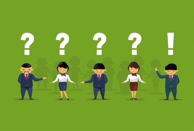Gens d'affaires asiatiques avec questions et points d'exclamation Vecteur Premium