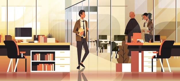 Gens d'affaires communiquant dans la bannière de bureau Vecteur Premium
