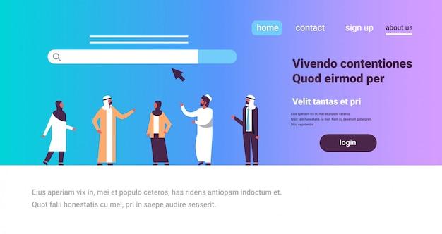 Les Gens Arabes Sur La Recherche En Ligne En Ligne Surfer Sur Internet Concept Web Barre Graphique Vecteur Premium