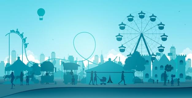 Les Gens Et Les Enfants Se Sont Amusés Dans Les Manèges Du Parc D'attractions. Vecteur Premium