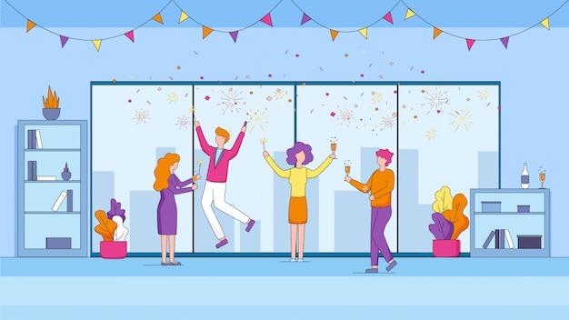 Gestionnaires joyeux célébrant des vacances au bureau. Vecteur Premium