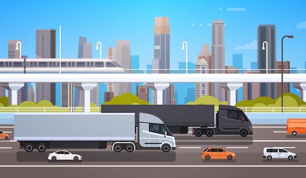 Grandes remorques de camion de fret sur la route avec des voitures et un camion au cours de l'expédition de fond de ville moderne Vecteur Premium
