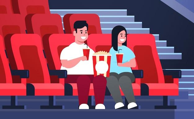 Gros Couple Regardant Un Film Assis Au Cinéma Avec Du Pop-corn Et Du Cola Homme En Surpoids Ayant Une Date Et Riant De La Nouvelle Comédie Plate Pleine Longueur Horizontale Vecteur Premium