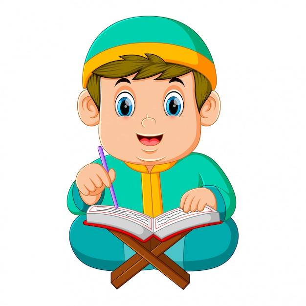 Le gros garçon avec le caftan vert lit al coran Vecteur Premium