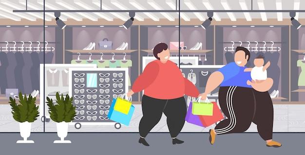 Gros Hommes Obèses Avec Enfant Tenant Des Sacs à Provisions Gars En Surpoids Avec Petit Enfant Marcher Ensemble Grande Vente Concept De L'obésité Boutique Moderne Boutique De Mode Extérieur Vecteur Premium