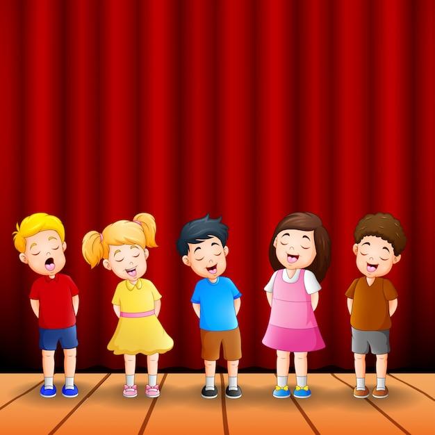 Groupe de dessin animé d'enfants chantant ensemble Vecteur Premium