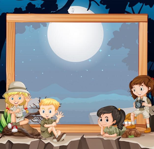 Groupe d'éclaireurs sur cadre en bois Vecteur gratuit