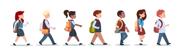 Groupe d'élèves mix race marcher ecole enfants isolés divers petit primaire Vecteur Premium