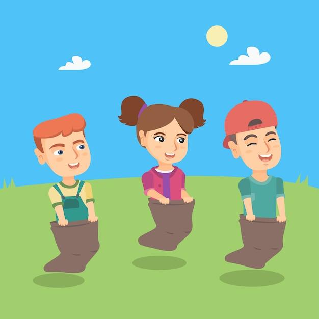 Groupe D'enfants De Race Blanche En Compétition à La Course De Sac Vecteur Premium