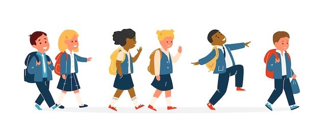 Groupe D'enfants Souriants Course Différente En Uniforme Scolaire Avec Sacs à Dos Marche. élèves Du Primaire. Illustration. Vecteur Premium
