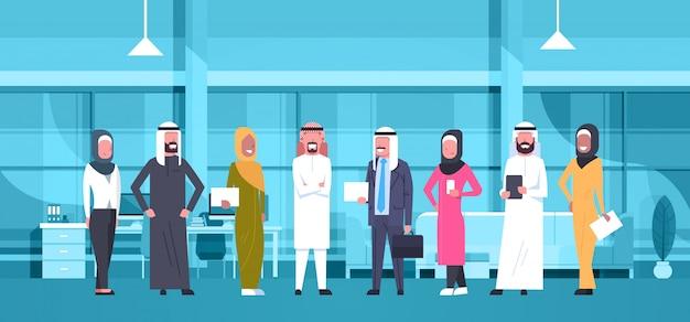 Groupe de gens d'affaires arabes au bureau moderne portant des vêtements traditionnels homme d'affaires arabe et femme d'affaires employés travailleurs Vecteur Premium