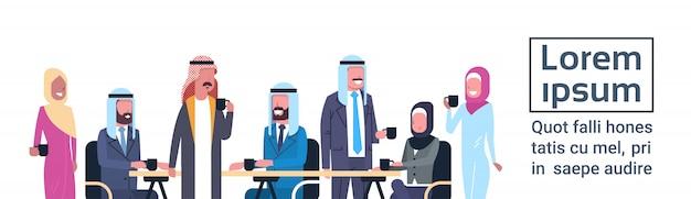 Groupe de gens d'affaires arabes boire du thé ou du café assis au bureau bureau travailleurs musulmans à la pause modèle bannière Vecteur Premium