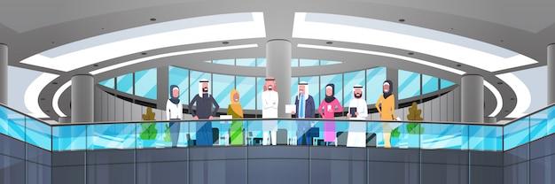 Groupe de gens d'affaires arabes dans le bureau moderne homme d'affaires arabe et femme d'affaires employés travailleurs illustration horizontale Vecteur Premium