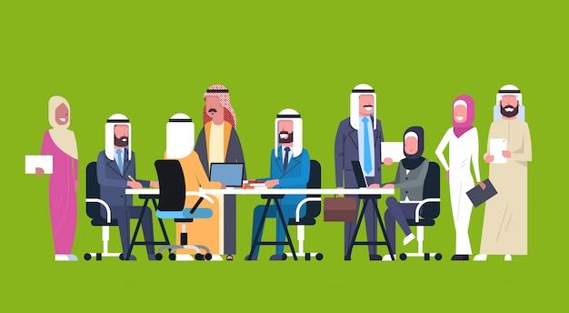 Groupe de gens d'affaires arabes travaillant ensemble asseyez-vous au bureau réunions de remue-méninges de l'équipe de travailleurs musulmans Vecteur Premium