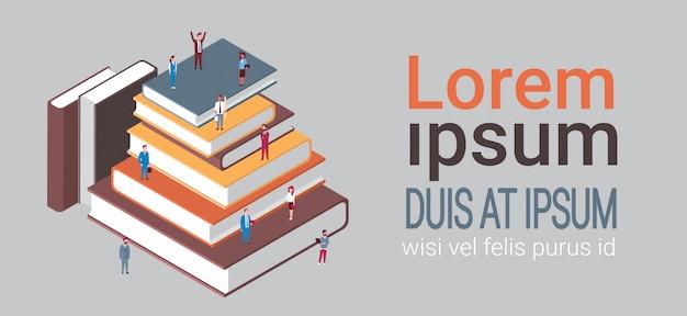 Groupe de gens d'affaires à la pile de livres isométrique corporate team education et concept de remue-méninges Vecteur Premium