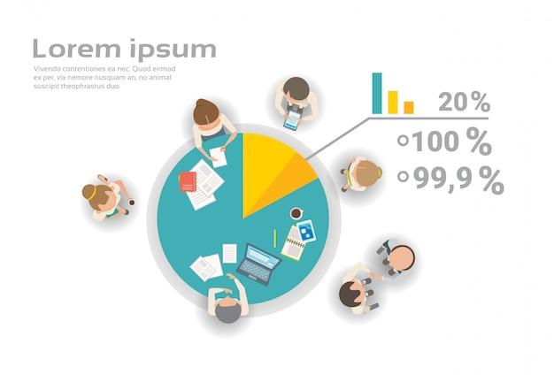 Groupe de gens d'affaires travaillant ensemble sur le rapport financier infographie équipe créative brainstorming top angle view Vecteur Premium