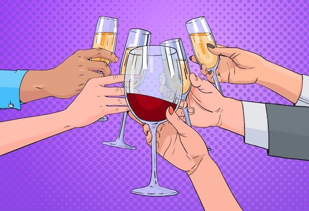 Groupe de mains cliquetant un verre de champagne et de vin rouge portant un fond pop art rétro pin up Vecteur Premium