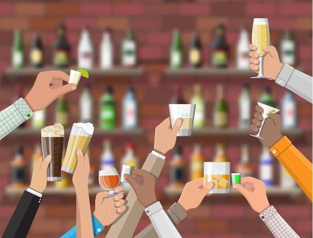 Groupe De Mains Tenant Des Verres Avec Diverses Boissons. établissement De Boisson. Intérieur Du Pub Café Ou Bar. Comptoir De Bar, étagères Avec Bouteilles D'alcool. Cérémonie De Célébration. Vecteur Premium