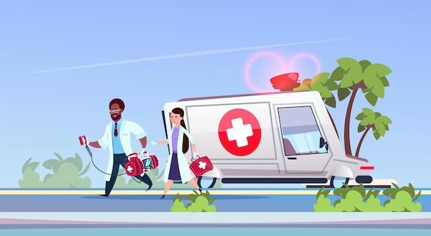 Groupe de médecins paramédicaux en cours d'exécution Vecteur Premium
