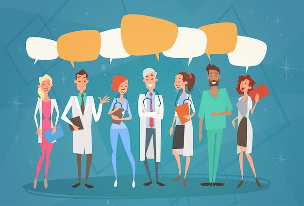 Groupe médial médecins chat bulle réseau social équipe de communication cliniques hôpital Vecteur Premium