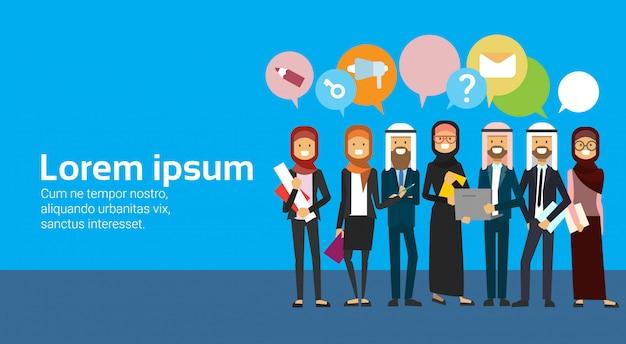 Groupe De Personnes Arabes Avec Des Bulles De Chat. équipe Commerciale Arabe Pleine Longueur Portant Des Vêtements Traditionnels Vecteur Premium