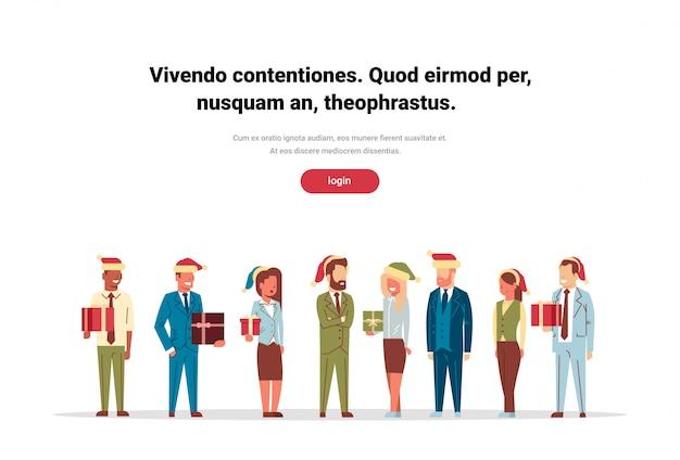 Groupe De Personnes Debout Ensemble Tenant Une Boîte Cadeau Présent Joyeux Noel Bonne Annee Vecteur Premium