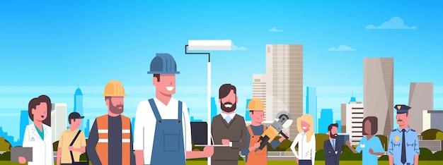 Groupe de personnes de différents métiers au cours de l'illustration horizontale de la ville moderne Vecteur Premium