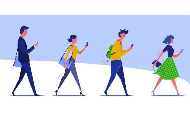 Groupe de personnes marchant vérifiant les smartphones Vecteur gratuit