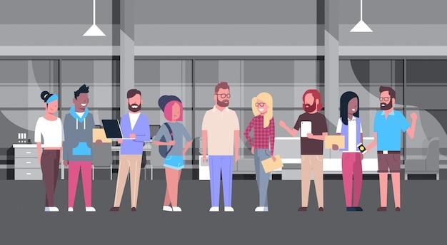 Groupe de personnes occasionnelles de bureau de coworking travaillant ensemble dans le centre moderne de coworker Vecteur Premium