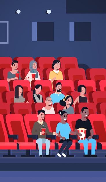 Groupe De Personnes Regardant Un Film Assis Au Cinéma Avec Pop-corn Et Cola Mix Race Hommes Femmes S'amusant De Rire à La Nouvelle Comédie Plate Pleine Longueur Verticale Vecteur Premium