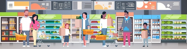 Groupe de personnes tenant des sacs, des paniers et des chariots dans un supermarché Vecteur Premium