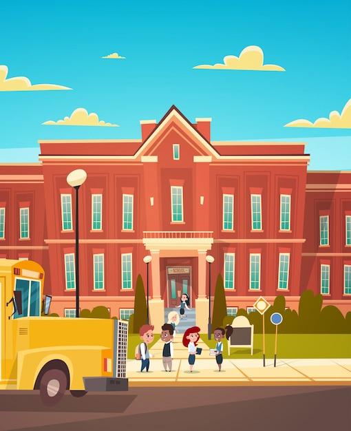 Groupe de pupille mêlée, debout, devant, école, bâtiment, école primaire Vecteur Premium