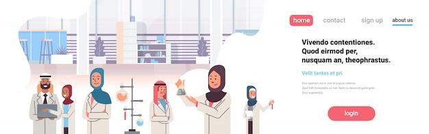 Groupe de scientifiques arabes travaillant Vecteur Premium