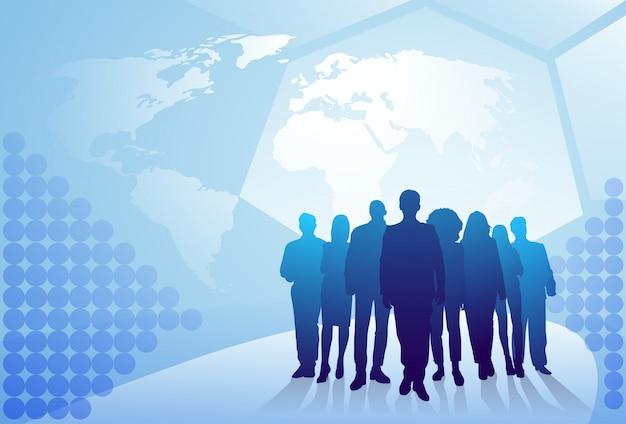 Groupe de silhouette de gens d'affaires marchant sur le concept de l'équipe de gens d'affaires fond carte du monde Vecteur Premium