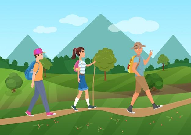 Groupe de touristes marchant près des montagnes Vecteur Premium