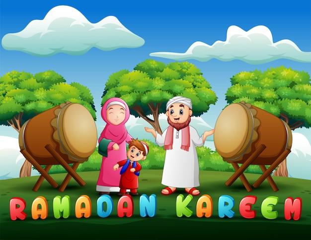 Heureuse famille de dessin animé célèbre l'eid mubarak Vecteur Premium