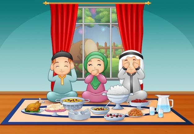 Heureuse famille musulmane célébrant la fête de l'iftar Vecteur Premium