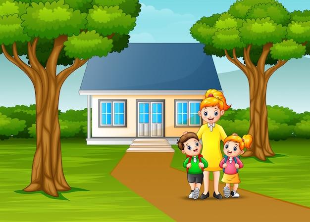 Heureuse mère avec des enfants devant la cour de la maison Vecteur Premium