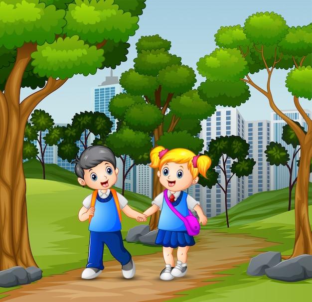 Heureux écoliers allant à l'école Vecteur Premium