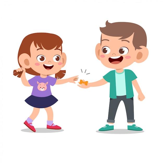 Heureux enfant mignon jouer avec un ami ensemble Vecteur Premium