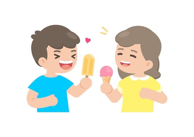 Heureux garçon et fille mangeant de la glace Vecteur Premium