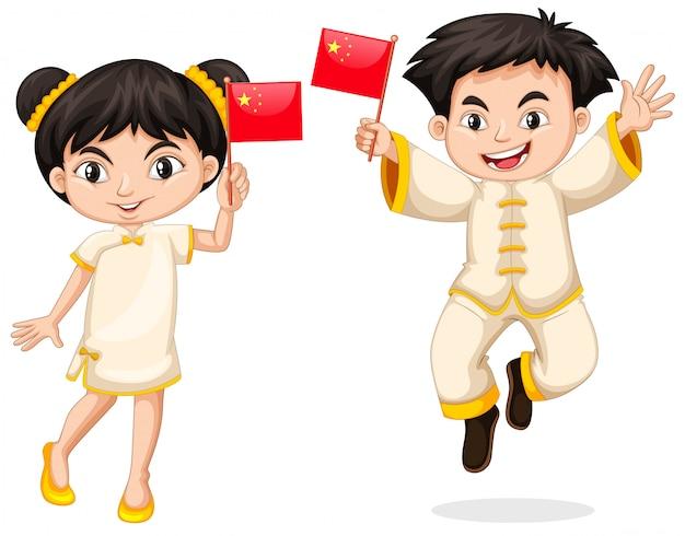 Heureux garçon et fille tenant le drapeau de la chine Vecteur gratuit