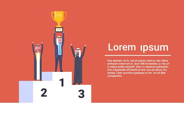 Heureux homme d'affaires arabe debout sur les gagnants podium homme d'affaires musulman leader tenant la coupe d'or concept de réussite Vecteur Premium
