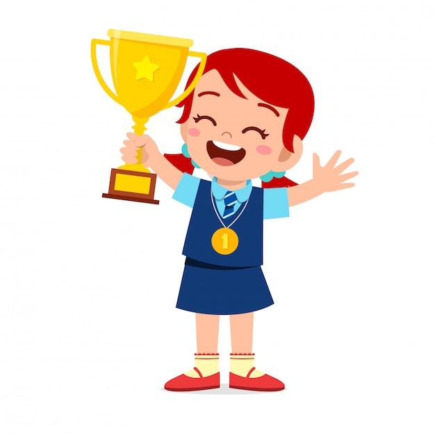 Heureux Mignon Petit Enfant Fille Tenant Le Trophée Vecteur Premium