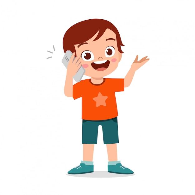 Heureux Mignon Petit Garçon Enfant Utiliser Téléphone Vecteur Premium