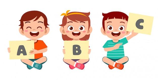 Heureux Mignon Petits Enfants Garçon Et Fille Apprennent L'alphabet Vecteur Premium