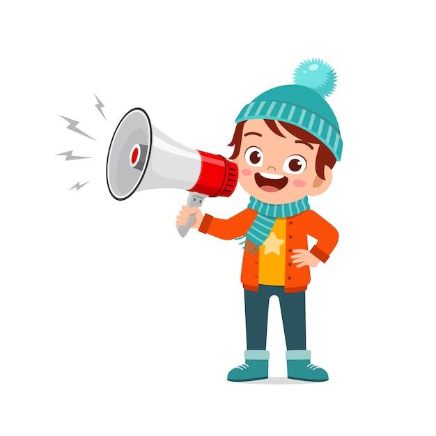 Heureux Petit Enfant Mignon Tenant Un Mégaphone En Hiver Et Portant Des Vêtements Chauds Vecteur Premium