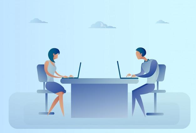 Homme d'affaires abstrait et femme assise au bureau, ordinateur portable Vecteur Premium
